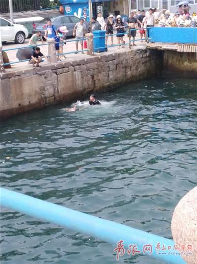 海边惊险一幕!7岁女童落水众人接力救援