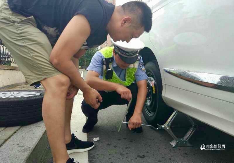 河南游客来青旅游遭遇爆胎 青岛交警出手相助