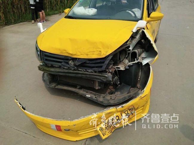 好险!学员训练时教练车撞上私家车车头开花