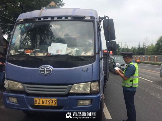青岛危化品运输车辆大排查 10余起违章被查
