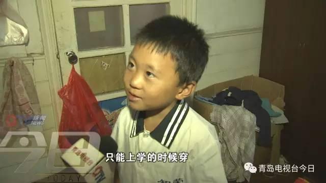 记得卖冰棍8岁男孩磊磊吗?昨天他穿上新校服