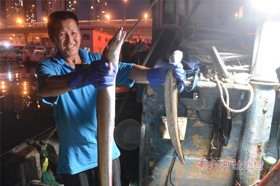 组图:青岛开海首日鱼满舱 红岛渔民满载而归