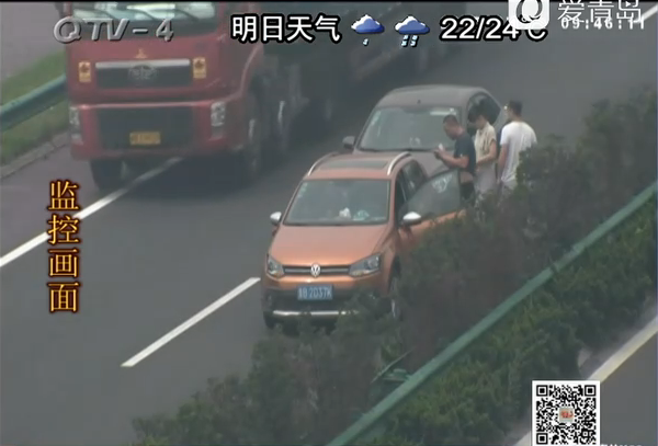 女司机在高速上倒车 引发后方两车追尾