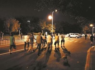 """青岛取消为暴走团""""封路""""措施仍有人暴走马路"""