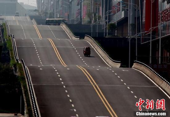 重庆现波浪形公路 司机称行驶有腾空感(图)