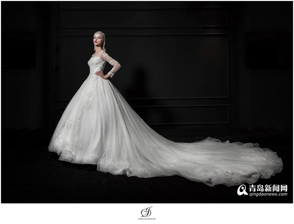 客人通过与杜娟婚纱设计师们的沟通,即可实现自己心中对那件嫁衣的