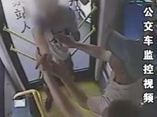 夫妻吵架吵上公交车 男子怒夺方向盘
