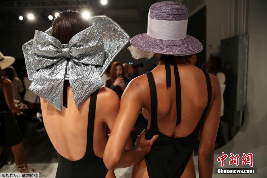 组图:这本是一场礼帽秀 却是满屏美背大长腿
