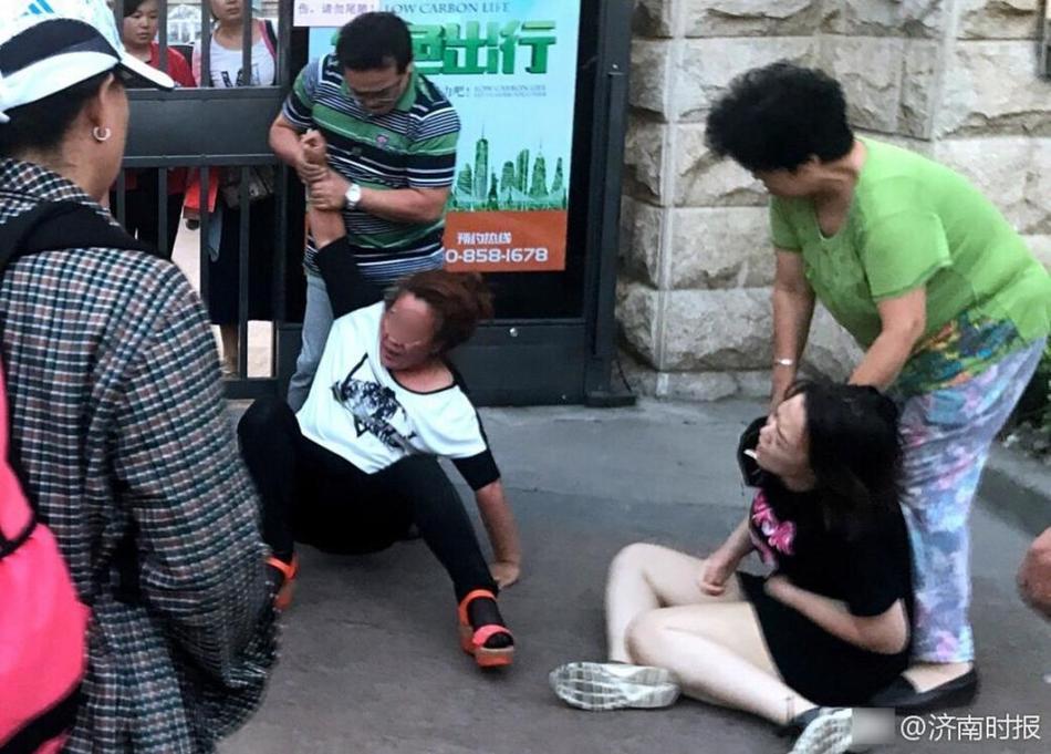 停车引发街头追打 女子大喊怀孕仍被踢倒(图)