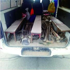 8座面包硬塞进21人 司机私自改造车厢被查获