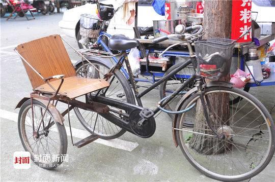暖!老人数十年坚持用偏斗自行车载老伴逛街