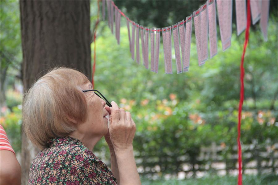 实拍青岛相亲角 76岁母亲为46岁儿子找媳妇