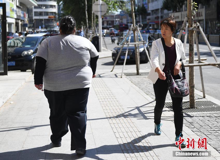 组图:95后女孩体重达400斤 减肥欲突破自己