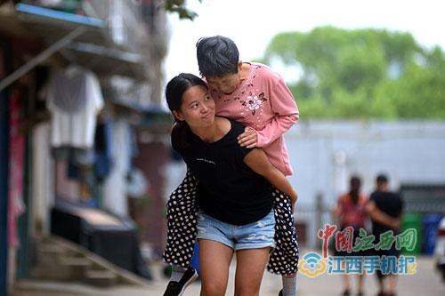 21岁女孩背着母亲上大学:有妈妈才有家(图)