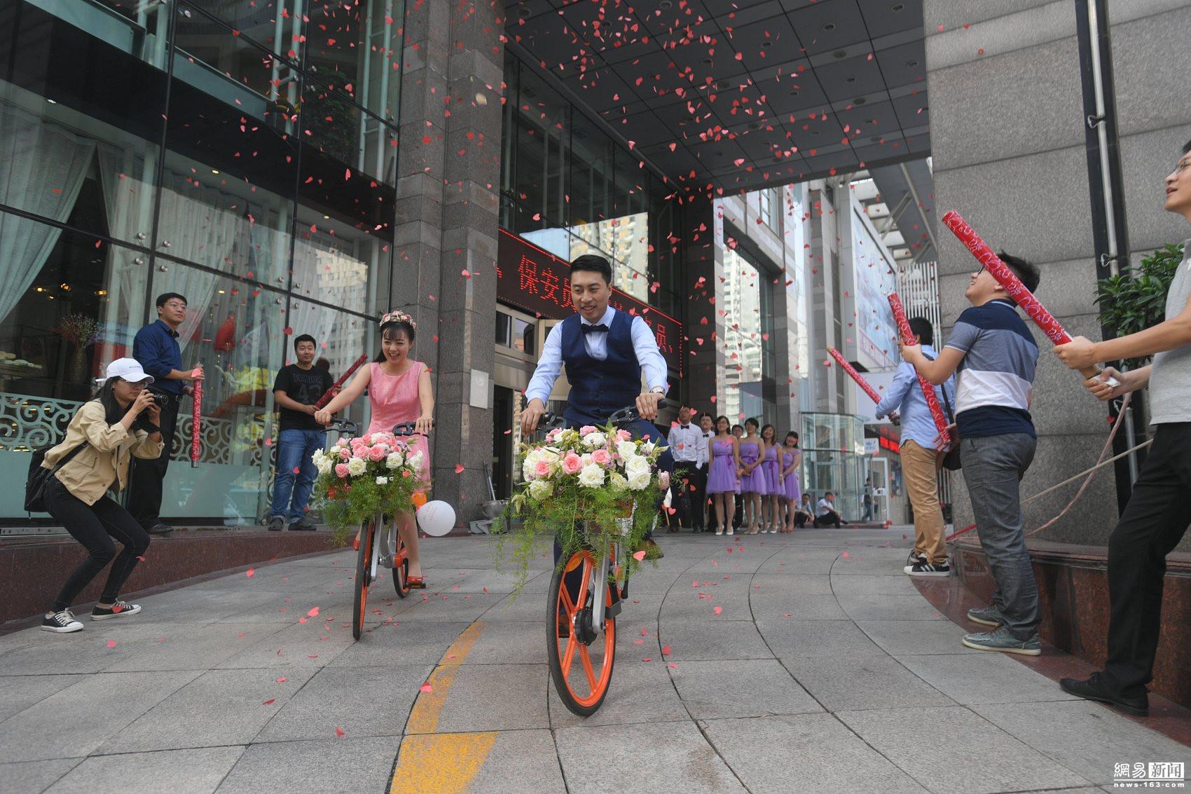 小伙骑共享单车娶新娘 一个车队只花30元(图)