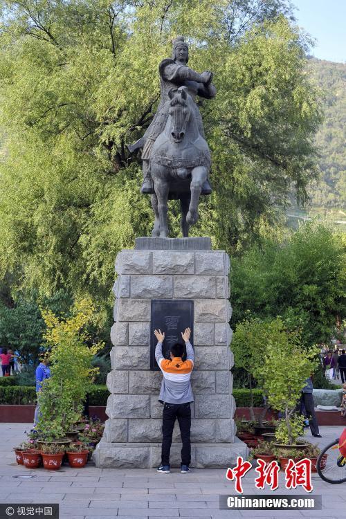 组图:兰州每天千人摸霍去病雕像 只为祛病