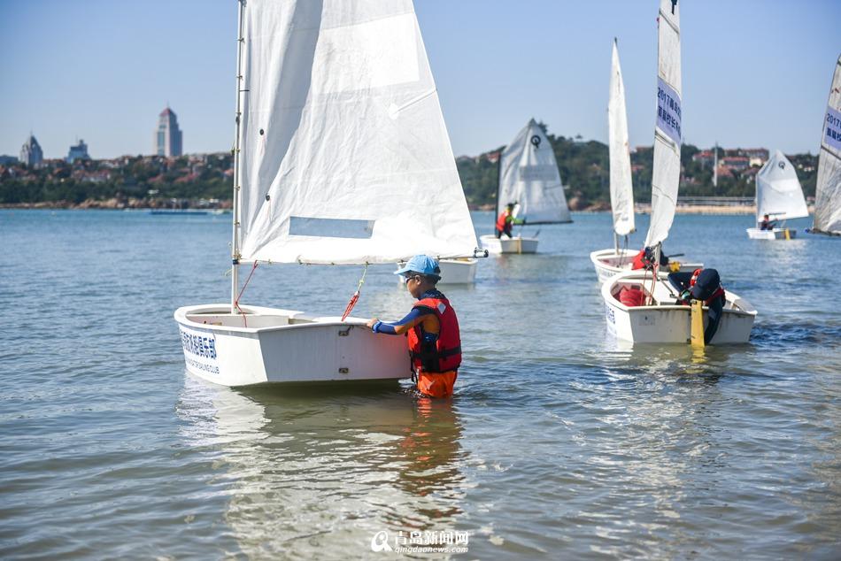 实拍文登路小学校级帆船赛 征服大海的小学生