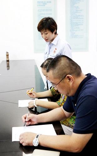 """再亮高招 崂山法院签署""""执行悬赏保险""""协议"""