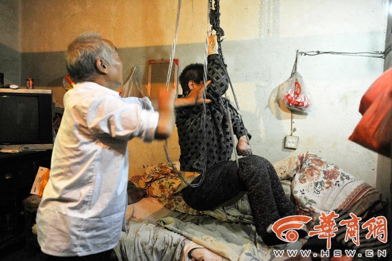 老人用倒链吊起瘫痪老伴:老了抱不动了
