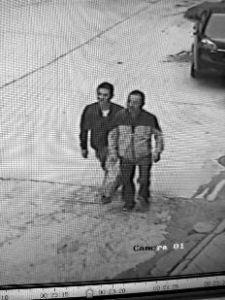 """警方放口风称""""释放嫌犯"""" 两名同伙来接时落网"""