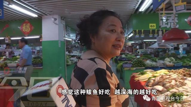 青岛市场现百斤重巨型鲅鱼 竖起来比一般人高