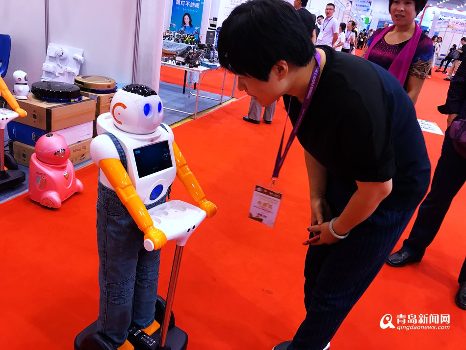 中国电博会在青开幕 智能机器人抢眼