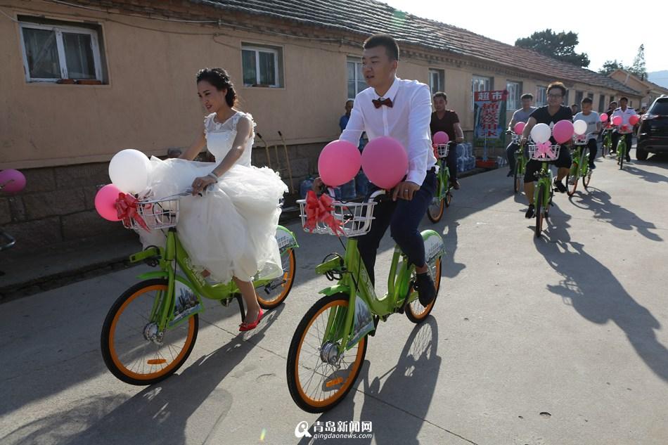 """青岛90后新人办""""单车婚礼"""" 不拼豪车拼幸福"""