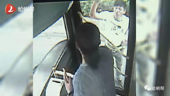 外卖小哥两度怒拦公交 砸碎车窗辱骂乘客拖行司机