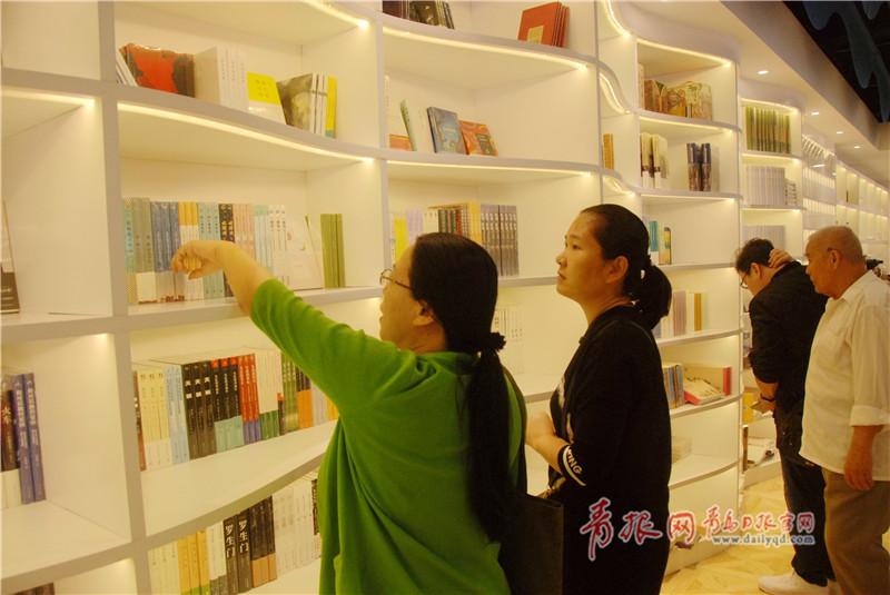 今天,青岛离海最近的书店开业了 海洋元素满满!
