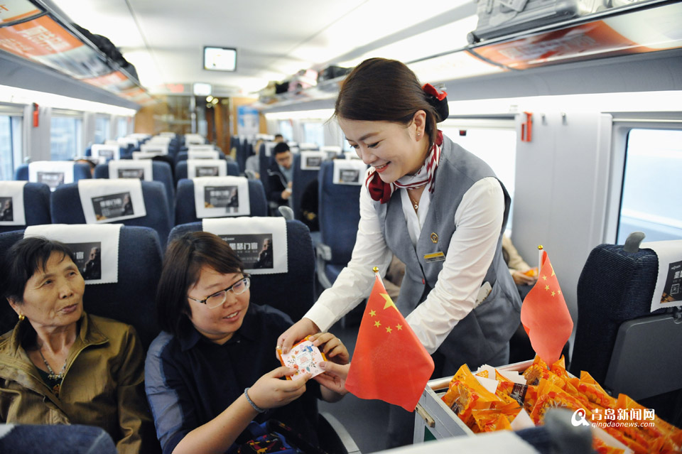 青岛始发高铁免费送月饼 2.7万人人手一份