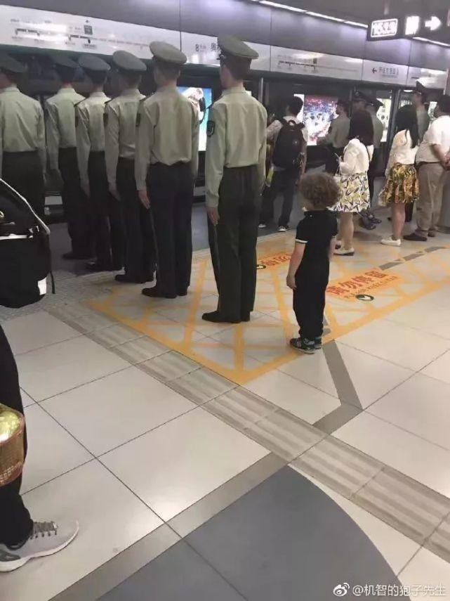 点赞!地铁里的这组照片刷屏了,就问你帅不帅?