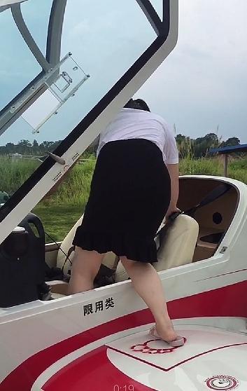 女子参加飞行体验 不到十分钟坠机