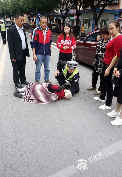 最美跪姿:交警跪地为受伤老人托头二十多分钟