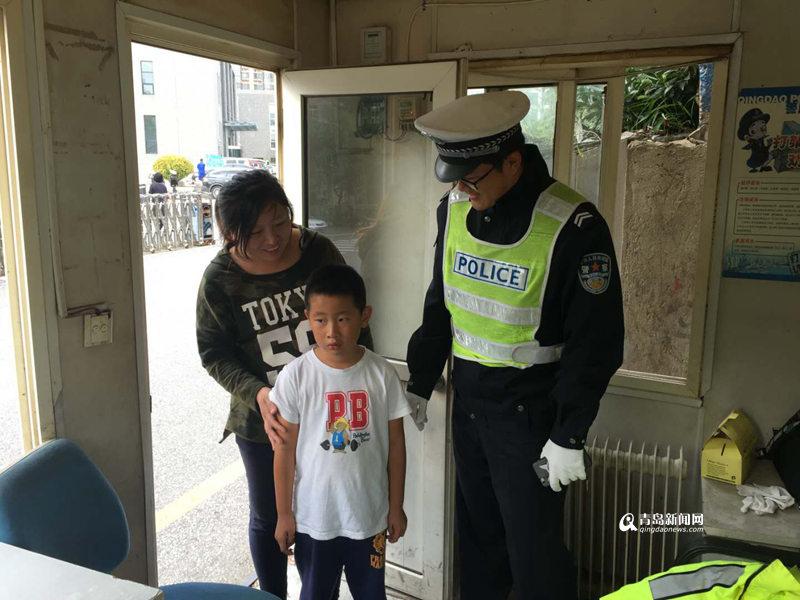迷路男孩衣衫单薄瑟瑟发抖 交警帮他找到妈妈