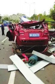 男子在车内放液化气空罐 遥控解锁时越野车爆炸