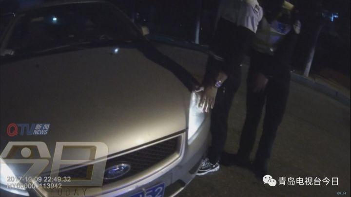 无证酒司机看到交警竟然闯岗冲向人行道
