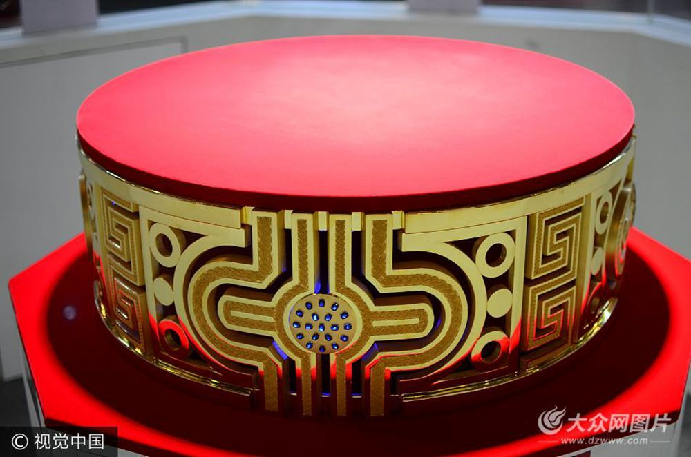 世界最大金戒指亮相山东 重164斤镶嵌76颗蓝宝石
