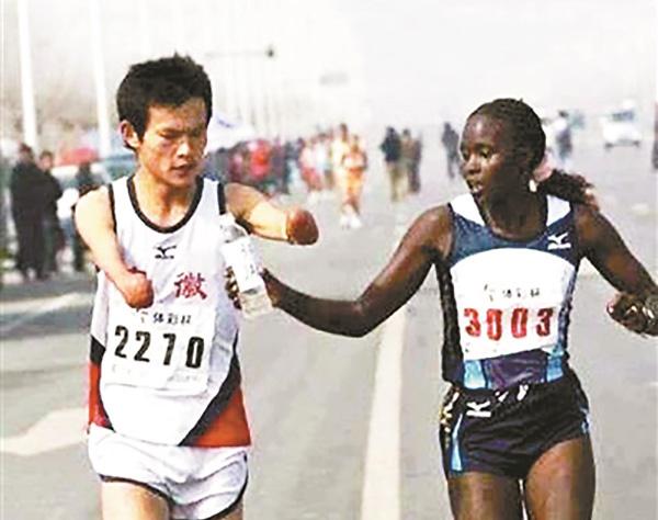 马拉松暖闻再现:外籍跑者为中国断臂选手递水