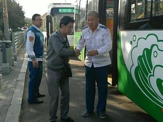 乘客呕吐不止 热心公交司机将其护送回家