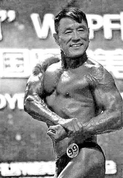 59岁健身大叔获世界健美赛第四每天吃40个鸡蛋