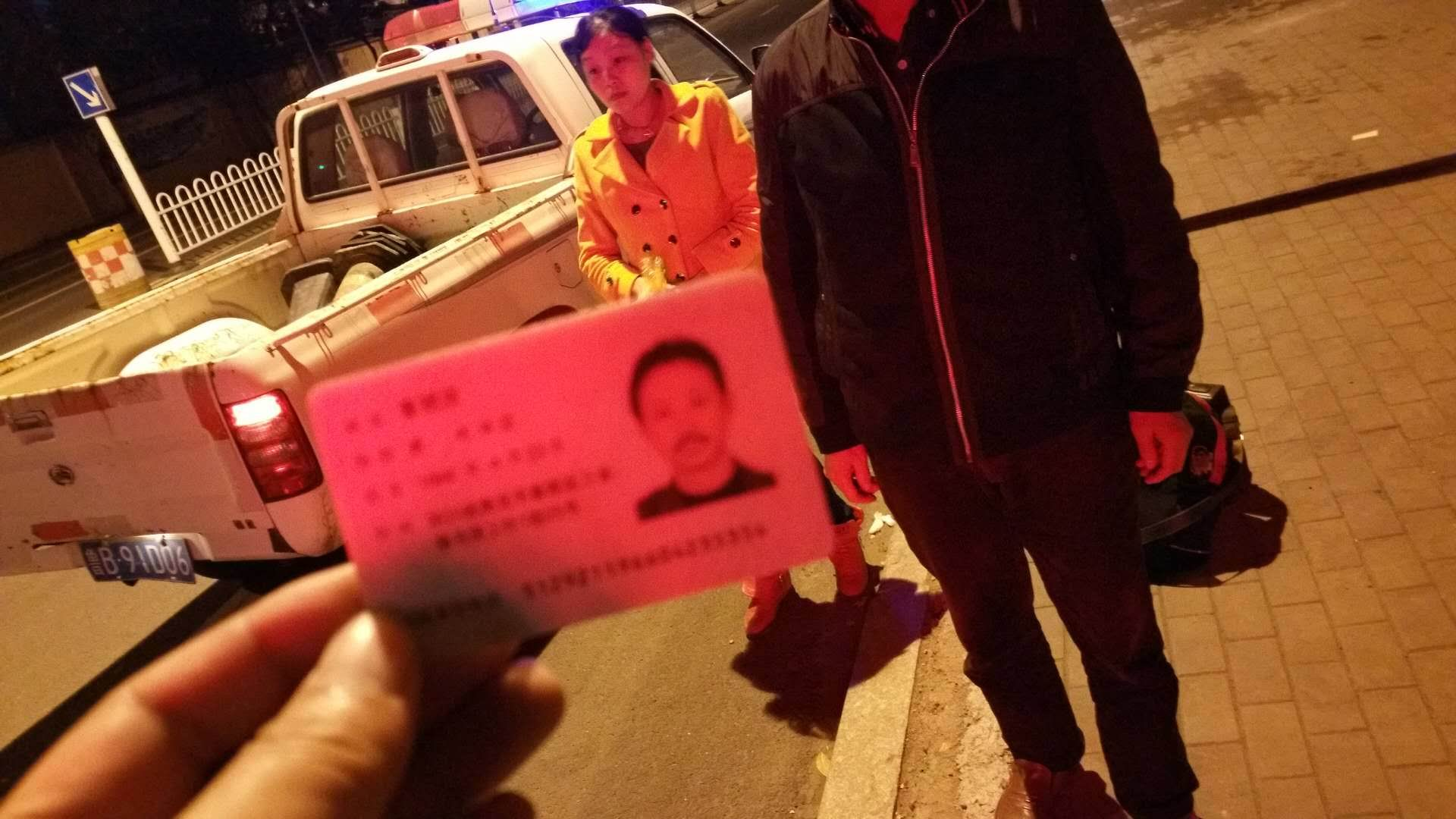 两外地人被客车遗落高速 即墨交警送回租住地