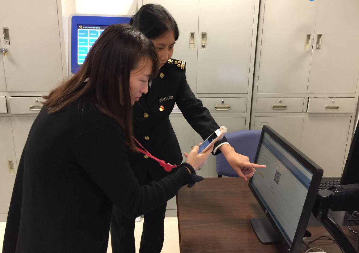 旅客流亭机场缴纳行邮税 手机扫码3秒钟搞定