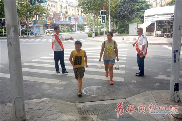 礼让斑马线在青岛蔚然成风市民热捧