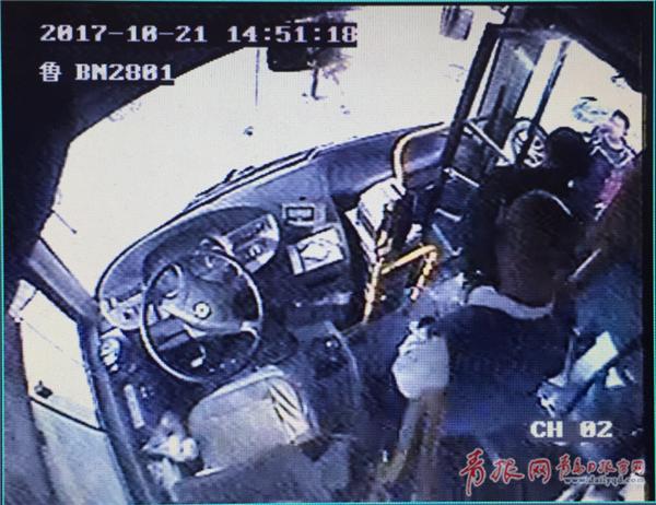 青年公交车上突然昏迷 司机直接将车开进医院