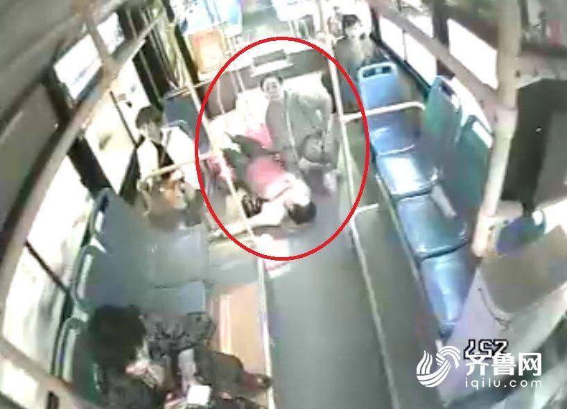 与时间赛跑!青岛公交变身临时救护车 开进医院保乘客生命