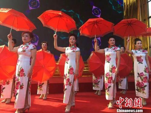 """资料图:一支老年模特队表演""""旗袍秀"""",为台下的同龄观众献上重阳节礼物"""