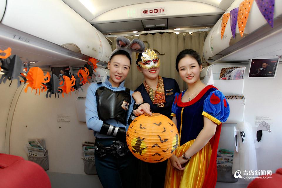 高清:青航空姐万米高空变装 上演万圣节派对