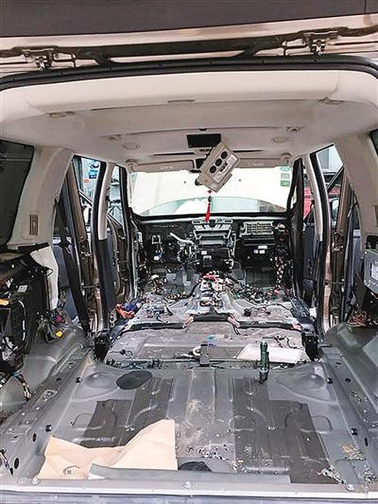 在拆车的过程中,维修师傅发现车辆的电瓶盖板被老鼠咬了两个大洞,空调