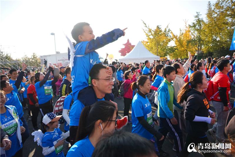 青岛马拉松完美收官2万名选手海滨竞逐