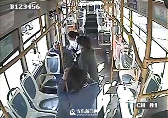九旬老人坐公交忘了去哪 热心乘务员帮其回家
